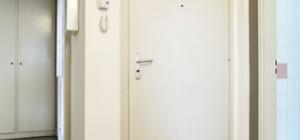 Как установить дверь в коробку