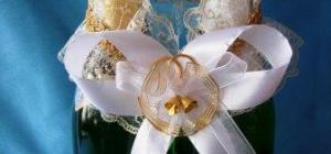 Как украшать свадебное шампанское