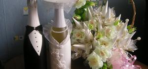 Как украшать свадебные бутылки