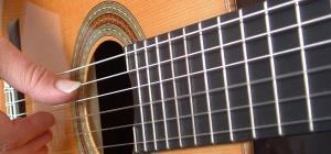 Как играть новичку на гитаре