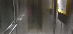 Как открыть застрявший лифт