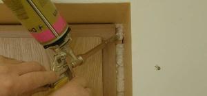 Как очистить монтажную пену с двери