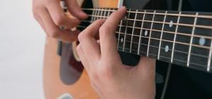 Как научиться играть на шестиструной гитаре