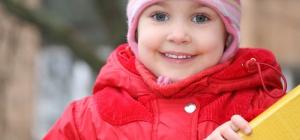Как вязать шапку на спицах для девочки