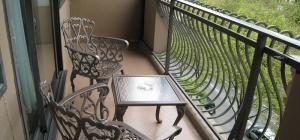 Как украсить неостекленный балкон к лету