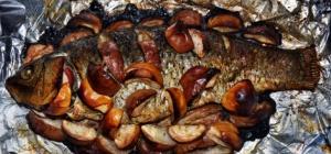 Как приготовить карпа, запеченного с яблоками