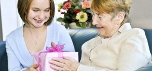 Что подарить пожилому человеку на день рождения