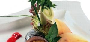 Финские рулетики из сельди с клюквенным соусом