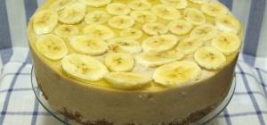 Как украсить торт бананами