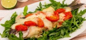 Жареная рыба дорада с помидорами черри