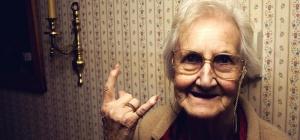 Можно ли дарить бабушке айфон