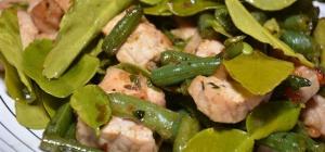 Жареная свинина с рыбным соусом и зеленой фасолью