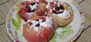 Запеченные яблоки с виноградом