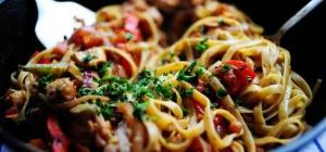Спагетти с курицей, беконом и грибами в томатном соусе