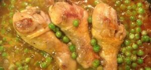 Куриные голени с зеленым горошком