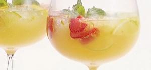 Сангрия с шампанским и клубникой