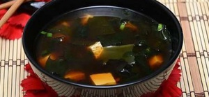 Огуречный суп с водорослями комбу и грибами шиитаке