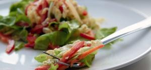 Как приготовить белковый салат с зеленью и сметаной