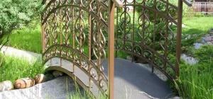 Мостик над ручьем как элемент ландшафтного дизайна