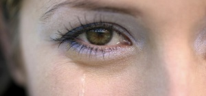 Почему  слезятся глаза
