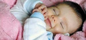 Что надо сделать, чтобы грудничок спал под одеялом