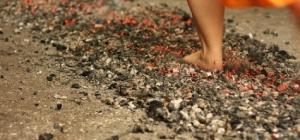 Как ходят по раскаленным углям, не обжигаясь
