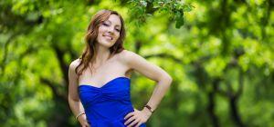 Правильное сочетание цветов в одежде: синее платье