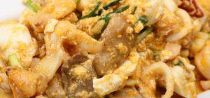 Кальмары с грибами, тушеные в сметанном соусе