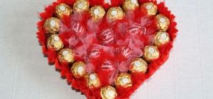 Как сделать валентинку из конфет своими руками