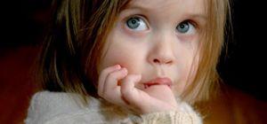Привычка сосать палец и грызть ногти: стоит ли бороться