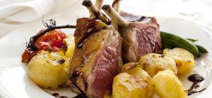 Как приготовить ребра ягненка с луком и картошкой