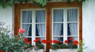 Как оформить балкон цветами
