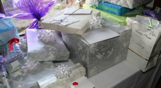 How to present a gift at the wedding