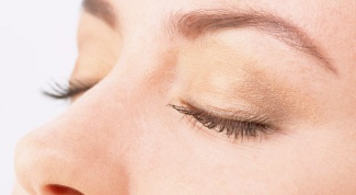 Как нанести легкий макияж