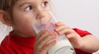 Как давать ребенку коровье молоко