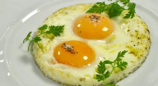 Как пожарить яйцо в микроволновке