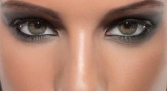 Как нанести дымчатый макияж