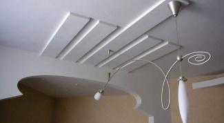 Как покрасить побеленный потолок
