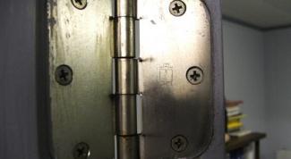 How to put hinges on door