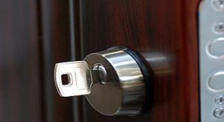 Как поставить дверной замок