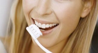 Как отбелить зубы в домашних условиях народными средствами