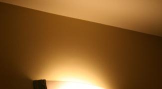 Как клеить обои на потолке