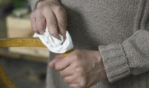 Как убирать царапины с мебели