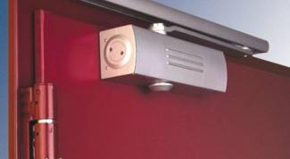 Как отрегулировать доводчик дверей