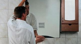 Как крепить зеркало к стене