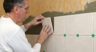 Как класть плитку в ванной и на пол
