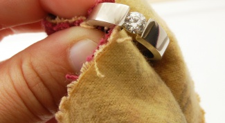 How to clean gold and diamonds