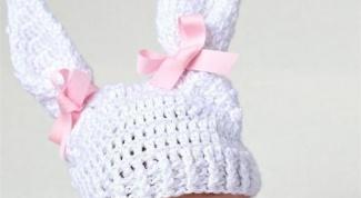 Как украсить вязаную шапку