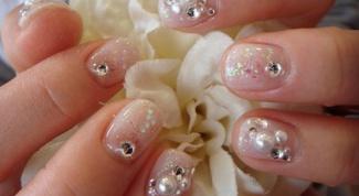 Как приклеивать стразы к ногтям