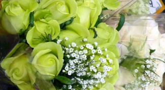 собирать букеты из цветов